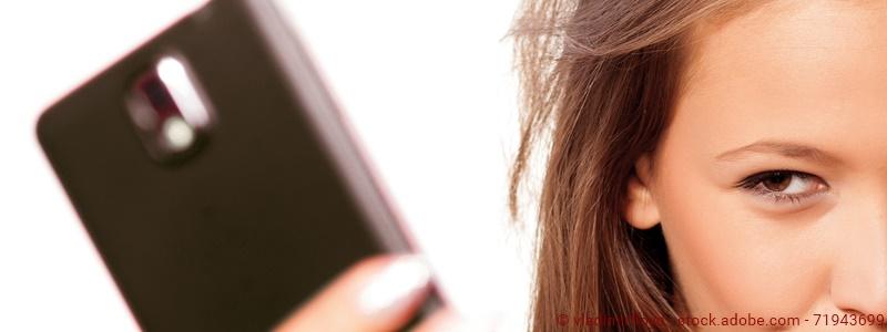 Mädchen macht nackt ein Selfie von sich