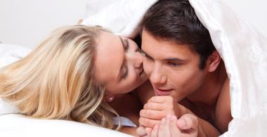 jugendliches Paar im Bett