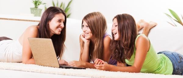 Mädchen lachend vor Laptop