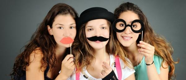 Mädchen mit Papier-Schnurrbärten